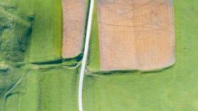 Linea del ` s della terra Una prospettiva verticale del fuco dei colori e delle forme del ` s di messa a terra Campi agricoli Immagini Stock Libere da Diritti