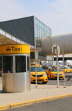 Linea del taxi di New York accanto al terminale 5 di JetBlue a John F Kennedy International Airport a New York Immagini Stock