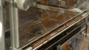 Linea del trasportatore del prodotto su una fabbrica del cioccolato stock footage