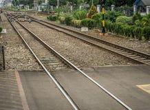 Linea dell'incrocio per le ferrovie con i cespugli intorno a Depok contenuto foto Indonesia fotografie stock