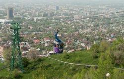 Linea della cabina di funivia alla montagna di Kok-Tobe a Almaty Immagini Stock Libere da Diritti