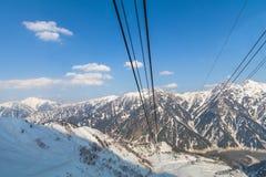 Linea della cabina di funivia che va all'itinerario alpino di Tateyama Kurobe sulla neve Immagini Stock Libere da Diritti