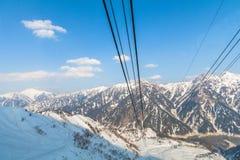 Linea della cabina di funivia che va all'itinerario alpino di Tateyama Kurobe sulla neve Fotografia Stock Libera da Diritti