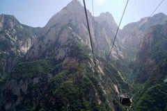 Linea della cabina di funivia di Huashan della montagna Immagini Stock