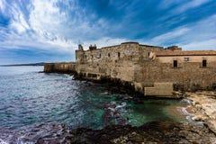 Linea della costa di isola di Ortigia alla città di Siracusa immagini stock