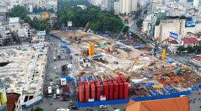 Linea della metropolitana della costruzione alla città Fotografie Stock
