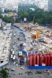 Linea della metropolitana della costruzione alla città Immagini Stock