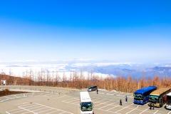 Linea della nuvola di vista del paesaggio del primo piano con le alpi del Giappone sulla quinta stazione Immagini Stock Libere da Diritti