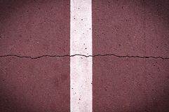 Linea della segnaletica stradale sulla pista ciclabile marrone con la scenetta fondo, vita di citt? fotografia stock