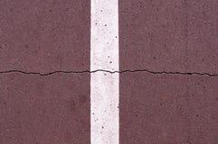 Linea della segnaletica stradale sulla pista ciclabile marrone fondo, vita di citt? fotografia stock