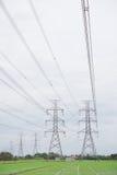 Linea della torre di tensione di altezza sui precedenti del cielo nuvoloso immagine stock