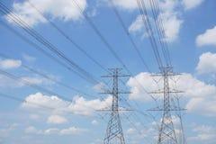 Linea della torre di tensione di altezza sui precedenti del cielo nuvoloso fotografia stock libera da diritti