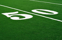 Linea delle yard 50 sul campo di football americano Fotografie Stock