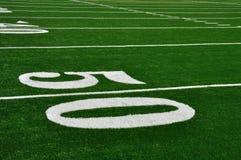 Linea delle yard cinquanta sul campo di football americano Fotografie Stock