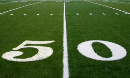 Linea delle yard del campo di football americano 50 Fotografia Stock Libera da Diritti