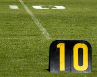 Linea delle yard del campo di football americano dieci Fotografie Stock Libere da Diritti