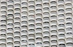 Linea di balconi circolari sul grattacielo bianco Immagini Stock Libere da Diritti