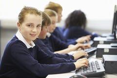 Linea di bambini nella classe del computer della scuola Immagine Stock
