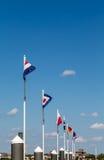 Linea di bandiere nautiche sotto cielo blu Fotografia Stock Libera da Diritti
