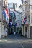 Linea di bandiere olandese via della città Fotografie Stock Libere da Diritti