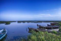 Linea di barche su acqua disposta nei laghi bielorussi Braslav del parco nazionale Fotografie Stock Libere da Diritti