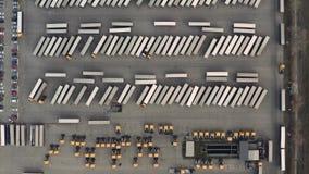 Linea di camion e di rimorchi da sopra ad uno scalo merci archivi video