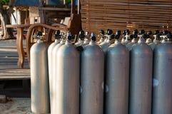 Linea di casse d'aria di immersione con bombole, fuoco selettivo Immagini Stock