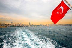 Linea di città di Costantinopoli con la bandiera del turco Immagini Stock Libere da Diritti