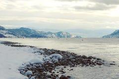 Linea di costa e montagne del lago winter Fotografia Stock