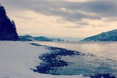 Linea di costa e montagne del lago winter Fotografie Stock Libere da Diritti