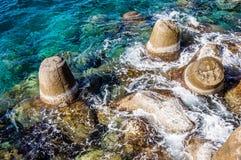 Linea di costa proteggente del frangiflutti Fotografia Stock Libera da Diritti