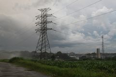 Linea di distribuzione della sottostazione di elettricità del pilone fotografie stock