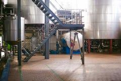 Linea di fabbricazione della birra Attrezzatura per l'imbottigliamento messo in scena di produzione dei prodotti alimentari Finis Immagini Stock Libere da Diritti