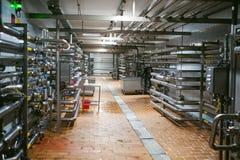 Linea di fabbricazione della birra Attrezzatura per l'imbottigliamento messo in scena di produzione dei prodotti alimentari Finis Fotografia Stock