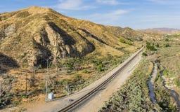 Linea di ferrovia attraverso il canyon del deserto Fotografia Stock Libera da Diritti