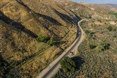 Linea di ferrovia di piegamento in colline Fotografie Stock