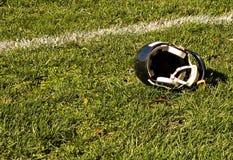 Linea di fondo e casco di gioco del calcio Immagine Stock
