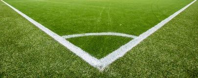 Linea di gesso d'angolo sul campo di calcio artificiale del tappeto erboso Fotografia Stock Libera da Diritti