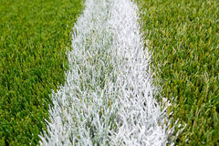 Linea di gesso sul campo di calcio artificiale del tappeto erboso Fotografia Stock