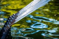 Linea di getti di acqua ad alta pressione su una fontana Immagini Stock