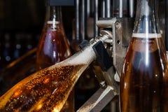 Linea di imbottigliamento di automazione per il champagne dei prodotti nell'Alsazia Immagini Stock Libere da Diritti