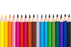Linea di matite di legno variopinte isolate su bianco fotografia stock libera da diritti