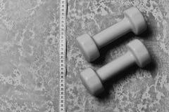 Linea di misurazione del nastro vicino ai bilancieri di plastica Teste di legno nel colore verde e nastro di misurazione su strut Fotografie Stock Libere da Diritti