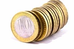 Linea di monete sopra bianco fotografia stock libera da diritti