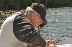 Linea di pesca della riparazione dell'uomo senior Fotografia Stock Libera da Diritti