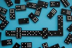 Linea di pezzi di domino sui precedenti blu, vista dalla cima immagini stock