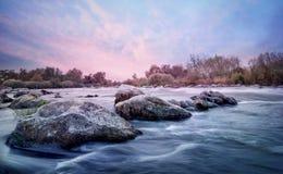 Linea di pietre nel fiume della montagna fotografia stock libera da diritti
