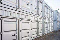 Linea di pila dei container Fotografie Stock