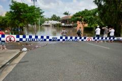 Linea di polizia ad una zona dell'inondazione Fotografia Stock