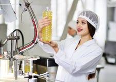 Linea di produzione alimentare dell'olio di girasole raffinato Fotografia Stock Libera da Diritti